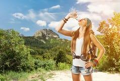 Пешая девушка питьевая вода Стоковое Изображение RF
