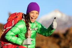 Пешая женщина в куртке зимы давая большие пальцы руки вверх Стоковое Фото