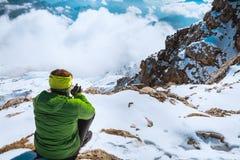 Пешая женщина имея остатки в горах Стоковое Изображение