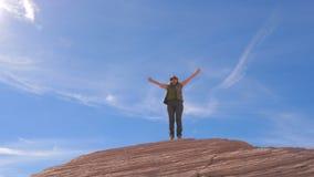 Пешая женщина счастливая оружий достижения вверх поднятых к небу и завихряться вокруг стоковая фотография rf
