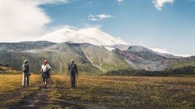Пешая команда идет к Mount Elbrus, вид сзади Концепция концепции образа жизни опыта назначения перемещения Стоковые Изображения RF