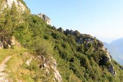 Пешая панорама горных вершин пути и горы около Riva del Garda Стоковое Изображение RF