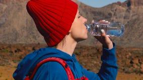 Пешая питьевая вода женщины после похода на Teide, Тенерифе Кавказский женский турист на Тенерифе, Канарских островах видеоматериал