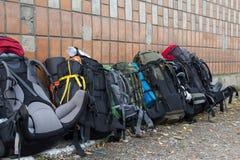 Пешая стойка рюкзаков около стены стоковое фото