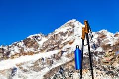 Пешая шестерня над предпосылкой гор Гималаев Стоковые Изображения