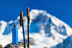 Пешая шестерня над предпосылкой гор Гималаев Стоковое Изображение RF