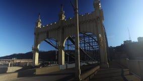 Пешеходная перспектива идя на мост улицы Smithfield сток-видео
