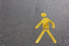 Пешеходный желтый цвет знака майны на земле асфальта Стоковое Изображение RF