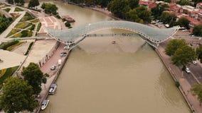 Пешеходный мост в столице Грузии Тбилиси сток-видео