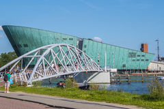 Пешеходный мост к музею науки в Амстердаме стоковые изображения