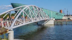 Пешеходный мост к музею науки в Амстердаме стоковое изображение rf