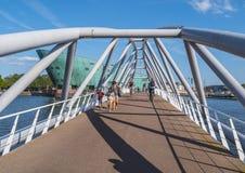 Пешеходный мост к музею науки в Амстердаме стоковое фото rf
