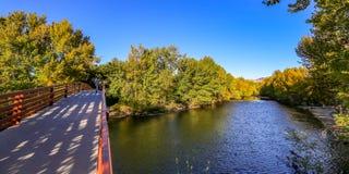 Пешеходный мост над рекой Boise, Айдахо стоковые фото