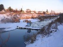 Пешеходный переход знака река Сибирь в ландшафте зимы моста деревни стоковые фото