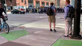 Пешеходы, велосипедисты и и движение транспортных средств на угле Randolph и улиц канала в Чикаго во время после полудня лета акции видеоматериалы