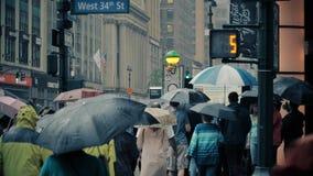 Пешеходы замедленного движения с зонтиками на ненастных улицах Манхаттана видеоматериал