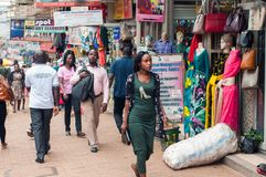 Пешеходы на улице Luwum, Кампале, Уганде стоковое изображение