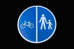 Пешеход и велосипед делили дорожный знак изолированный на черноте Стоковое Изображение RF