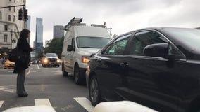 Пешеход и движение автотранспорта в NYC видеоматериал