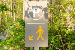 Пешеход и отсутствие знак автостоянки Стоковое фото RF
