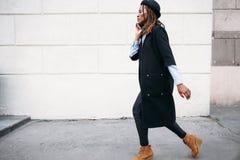 Пешеход моды Современные социальные сообщения Стоковые Фотографии RF