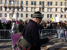 Пешеход на телефоне игнорируя протестующие, ` s март женщин, запад -го Central Park, NYC, NY, США Стоковая Фотография