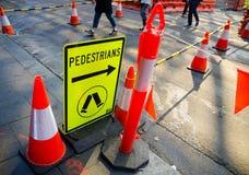 Пешеход подписывает около строительной площадки для показывать людей стоковые изображения