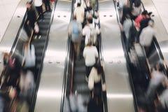 Пешеход, salaryman вверх и вниз автоматического эскалатора, который нужно путешествовать для работы и для возвращения дома стоковое фото rf