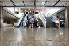 Пешеход, salaryman вверх и вниз автоматического эскалатора, который нужно путешествовать для работы и для возвращения дома стоковая фотография