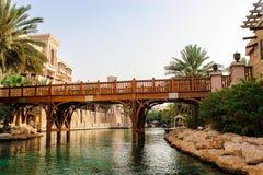 Пешеход высек деревянный мост над искусственным каналом то Стоковые Фото