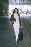 Пешеход города женщина дела стильная Стоковая Фотография RF