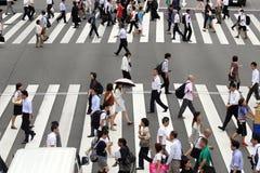 Пешеход идет через улицу Стоковое Изображение