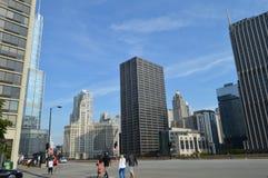 Пешеход и здания Чикаго Стоковые Фотографии RF