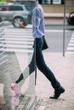 Пешеход идя на улицу на перерыве на чашку кофе Стоковое Фото