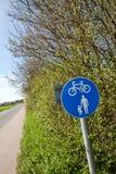 пешеход майны цикла сельской местности Стоковое Изображение