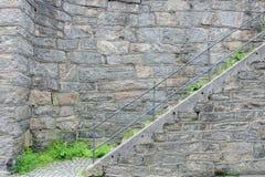 Пешеходная лестница с поручнями металла искусственная голубая светлая каменная стена Стоковое Изображение RF