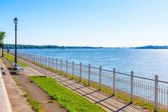 Пешеходная дорога около банка реки Дуная и моста Стоковая Фотография
