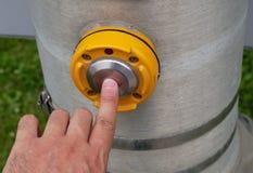 пешеходная отжимая кнопка на переключателе улицы желтого цвета сигнала ходока пересечения Стоковые Фотографии RF
