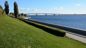 Пешеходная прогулка и мост над Рекой Волга в Саратове сток-видео