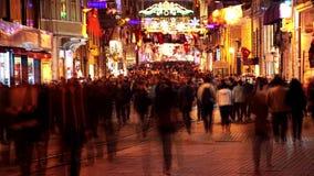 Пешеходная улица в Стамбуле на ноче Timelapse 4K акции видеоматериалы