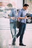 Пешеход на перерыве на чашку кофе на улице Стоковое фото RF