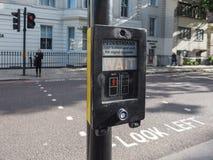 Пешеходное ожидание подписывает внутри Лондон стоковая фотография rf