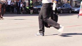 Пешеходные crosswalks на бульваре Nevsky в Санкт-Петербурге, России. видеоматериал