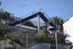 Пешеходный мост металла в горах Стоковое Изображение RF