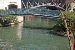 Пешеходный мост над прогулкой реки стоковое изображение