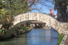 Пешеходный мост над прогулкой реки стоковые фотографии rf