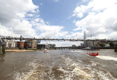 Пешеходный мост тысячелетия над рекой thames Стоковые Изображения