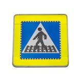 Пешеходный переход дорожного знака изолированный на белой предпосылке стоковая фотография rf