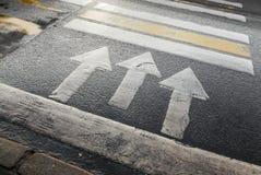 Пешеходный переход дорожной разметки с стрелками стоковое фото rf