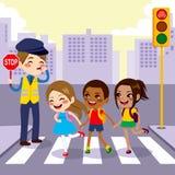 Пешеходный переход ребеят школьного возраста Стоковое Фото